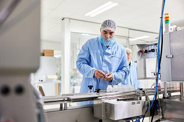 Medewerker geconcentreerd aan het werk bij onze machines