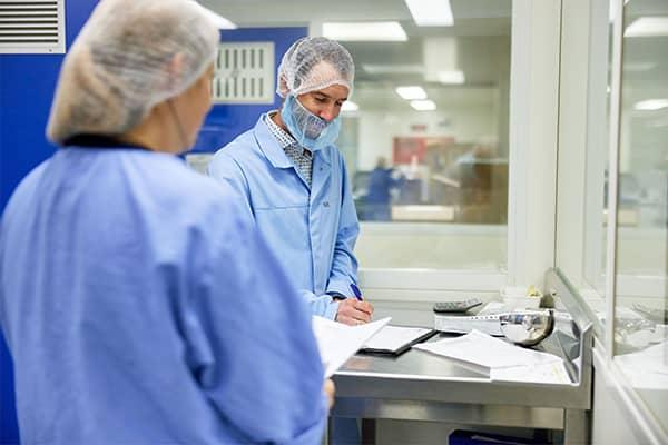 Twee medewerkers overleggen samen over de kwaliteit van het werk